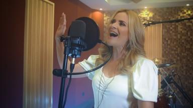 """""""A escolha é sua"""" é a nova música da cantora Adriana Gil"""