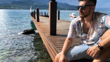 """No píer da nova Ilha de Caras, John Moonstone lança """"Princesa"""", sua nova canção"""