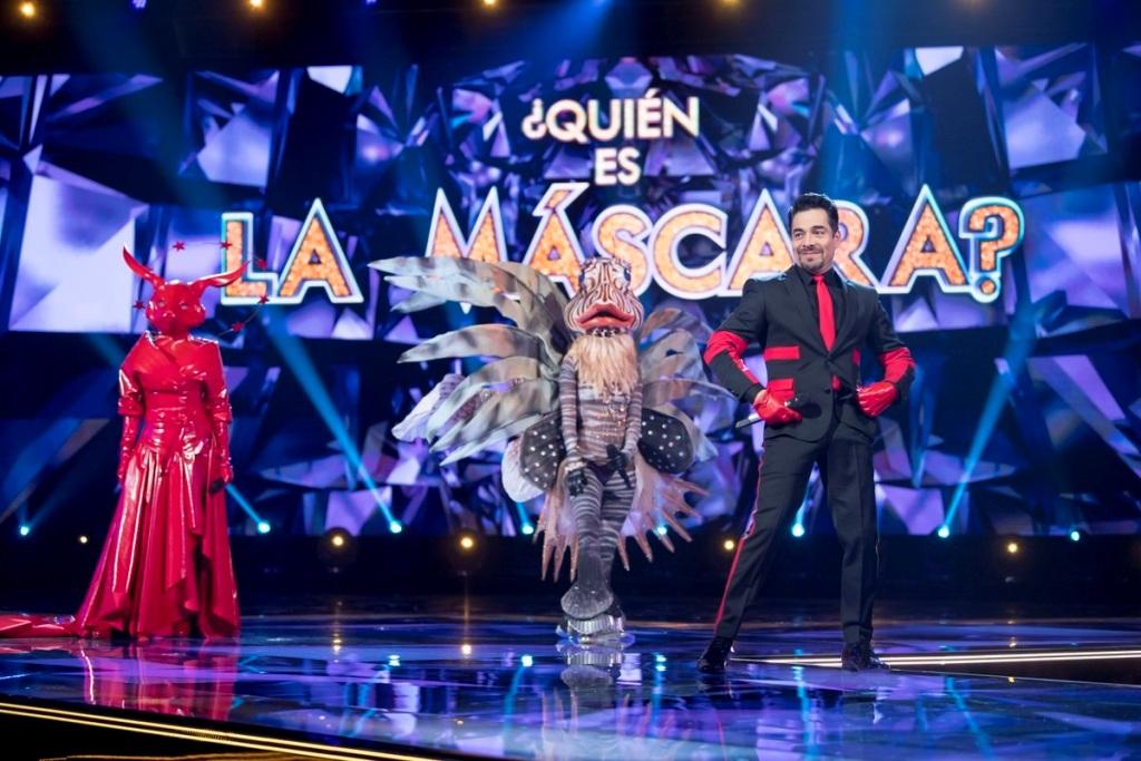 Celebridades cantam mascaradas em programa do México