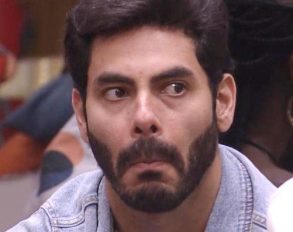 Sertanejo Rodolffo toma banho pelado no BBB21