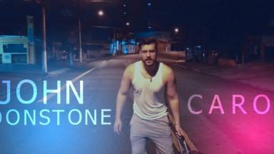 """John Moonstone lança música """"Carona"""" com cenas íntimas do cantor em videoclipe"""