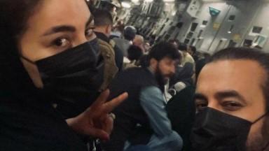 """Jurada e técnica do """"The Voice"""" afegão foge do país em avião de carga dos EUA"""
